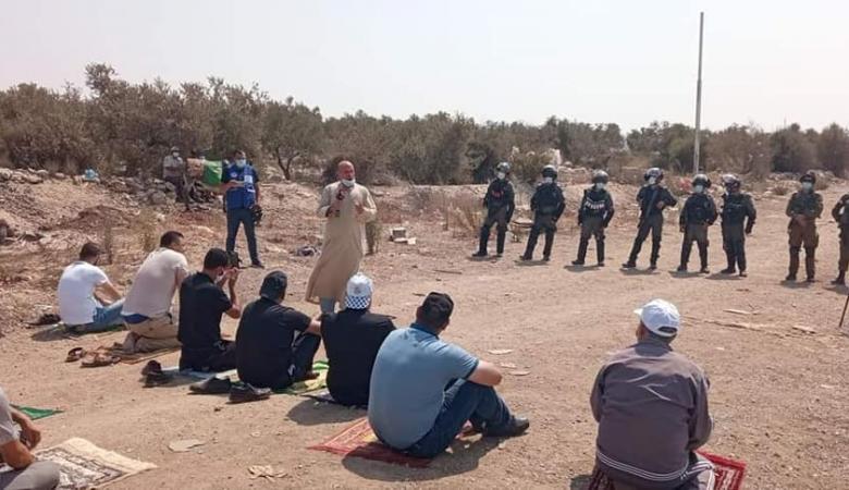"""عشرات المواطنين يؤدون """"الجمعة"""" في أراضيهم المهددة بالاستيلاء جنوب شرق طولكرم"""