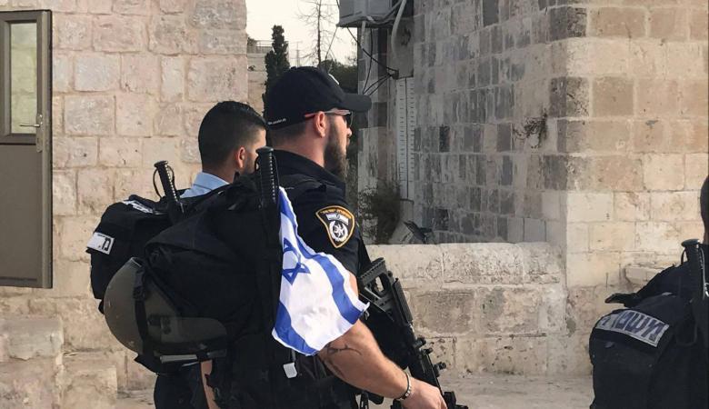 سابقة : جندي يتجول في الأقصى بملابس تحمل علم اسرائيل