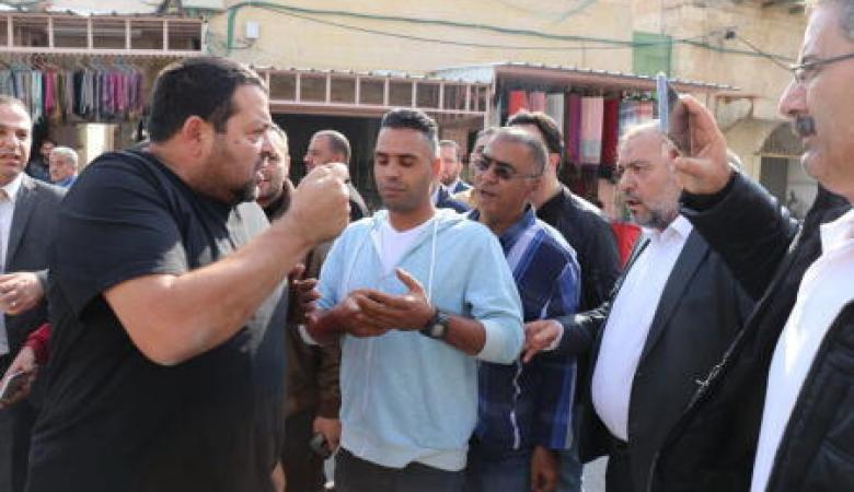 """مستوطنون يعتدون على نائب رئيس حركة """"فتح"""" ومحافظ الخليل"""