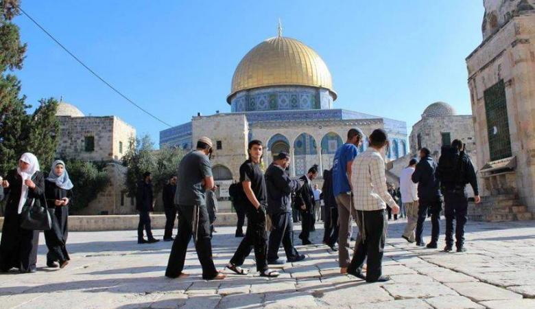 عشرات المستوطنين والطلاب اليهود يقتحمون الأقصى