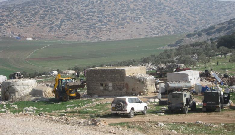 مستوطنون يقيمون معرشات في خربة الساكوت