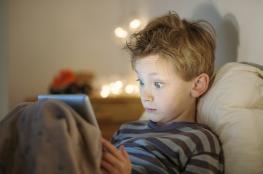 تحذير ..هذا ما تفعله شاشات الهواتف الذكية باطفالنا