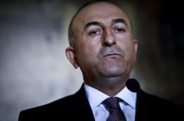 شاهد ..وزير الخارجية التركي يرتدي البزة العسكرية
