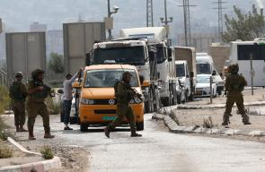 جنود الاحتلال يفتشون السيارات والمواطنين في اعقاب عملية الطعن التي وقعت في نابلس