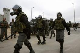 الاحتلال يقتحم زنازين الأسرى المضربين بالكلاب البوليسية
