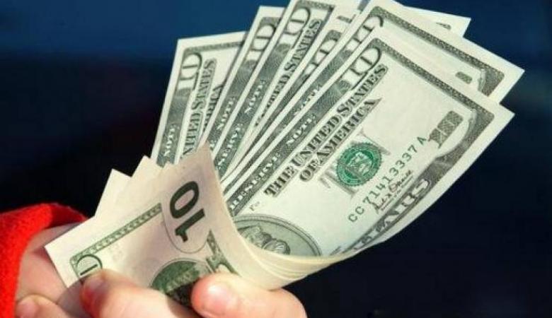 الدولار يستقر عند أدنى مستوياته