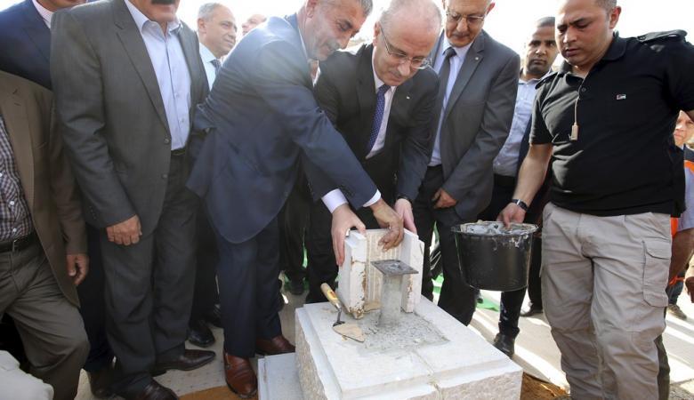 رئيس الوزراء  يضع حجر الأساس لإسكان مهندسي طولكرم التعاوني