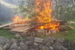 مئات المواطنين يطردون مستوطنين ويحرقون خيامهم جنوب نابلس