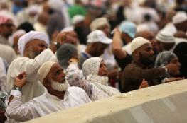 """حجاج بيت الله الحرام يواصلون رمي الجمرات بمشعر """"منى """""""