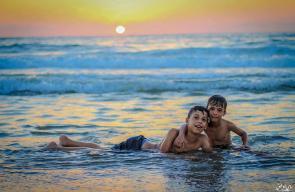 الاطفال يستجمون في بحر مدينة غزة