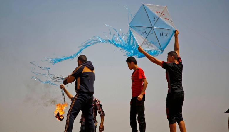 طيران الاحتلال يستهدف مجموعة من مطلقي الطائرات الحارقة