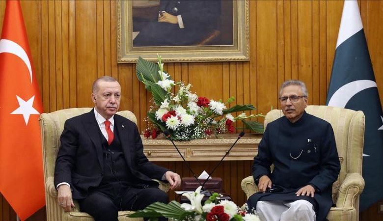 """الرئيس التركي يهدي نظيره الباكستاني ورئيس وزرائه كتابا حول """"صفقة القرن"""" وتداعياتها"""