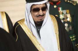 الملك سلمان يوقف كاتباً سعودياً  جعل منه إلهاً