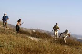 المستوطنون يعربدون شمال نابلس ويغلقون طرقاً ويعتدون على المواطنين