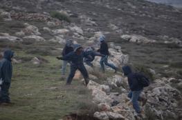 مستوطنون وجنود يهاجمون منازل الفلسطينيين في نابلس