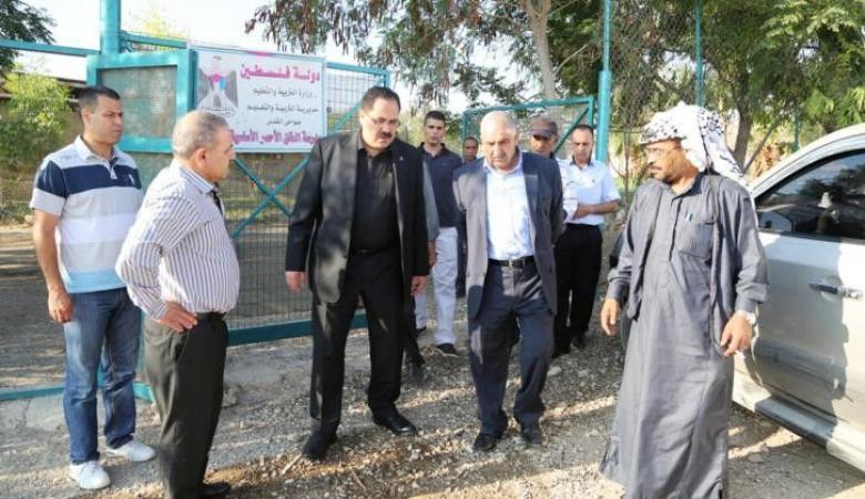 """وزير التعليم """"صيدم"""" يعلن عن اطلاق العام الدراسي مبكرًا من أرض الخان الأحمر"""