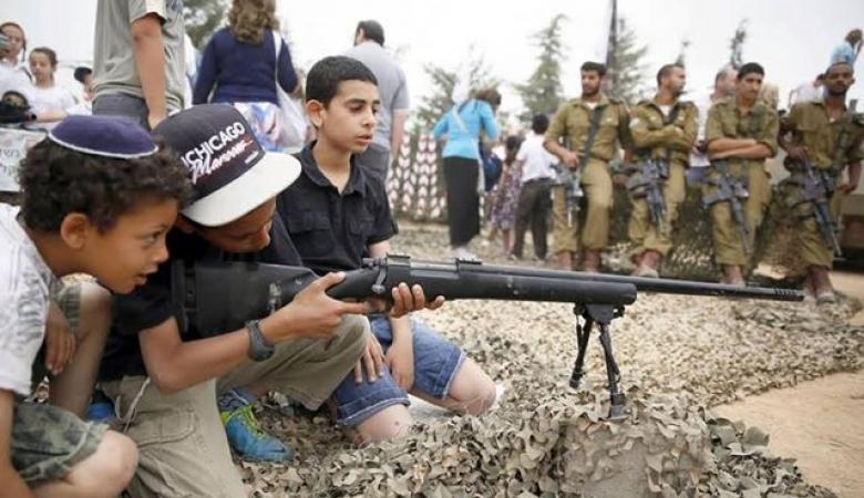 قرارا إسرائيلي يسمح بتمديد حمل آلاف الإسرائيليين سلاحهم