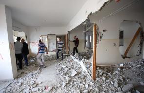 نابلس - مواطنون يتفقدون آثار الدمار في منزل الاسير أمجد عليوي بعد أن هدمه الاحتلال فجر اليوم