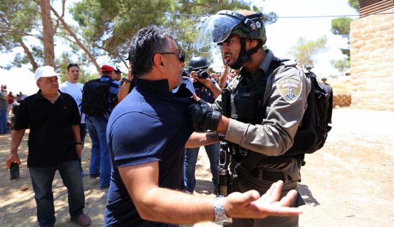 عشرات حالات الاختناق بالغاز والاعتداء على صحفي واعتقال مواطن في واد الحمص