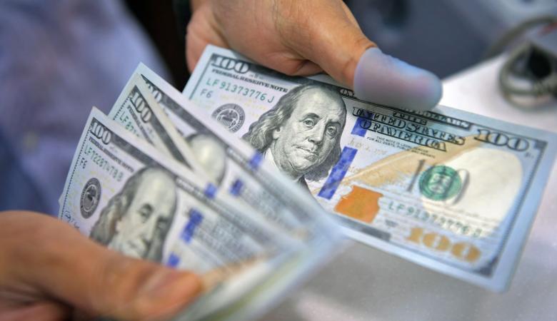 الدولار يهوي لأدنى مستوى منذ اسبوعين