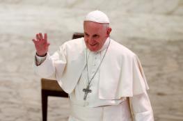 """شاهد... بابا الفاتيكان يقبل يد الناجي الوحيد من """"مذبحة الرهبان"""" بالجزائر"""