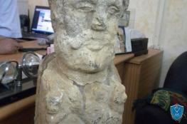 ضبط تمثال اثري روماني عمره 3 آلاف عام بالخليل