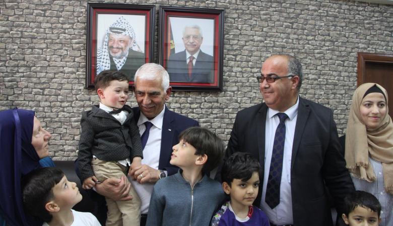 حميد يسلم مكرمة رئاسية للأطفال المبدعين في الخليل
