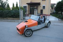 مهندس تركي يصنع سيارة رياضية يستوحي فكرتها من فلم وثائقي