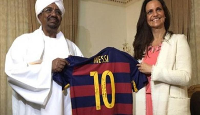 برشلونة يهدي الرئيس السوداني قميص يحمل توقيع ميسي ونيمار