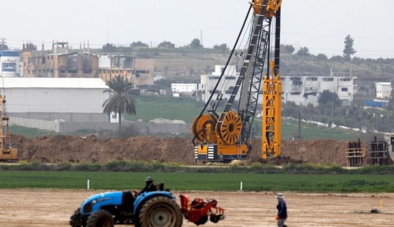 جدل كبير حول جدوى الحاجز الذي تبنيه اسرائيل حول قطاع غزة