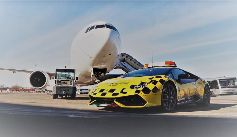 """شاهد ....طائرة """"بوينغ 777"""" تلاحق سيارة """"لامبورغيني هوراكان"""" الخارقة"""
