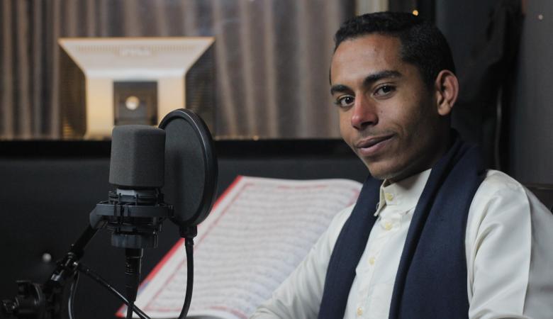 شاب مصري يبهر العالم بتلاوة القرآن بصوت أكثر من 15 قارئ