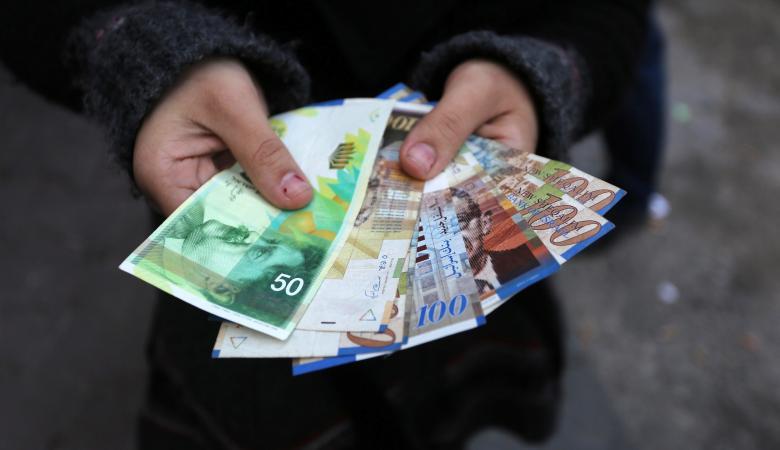 المالية تصرف رواتب الموظفين بنسبة 110%