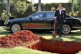 شاهد ..رجل اعمال يدفن سيارته داخل قبره ليقودها بعد البعث