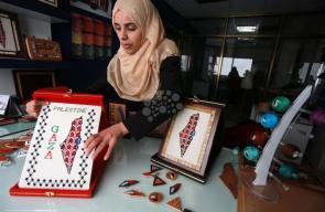 فتاة من غزة تتقن فن التطريز على الخشب