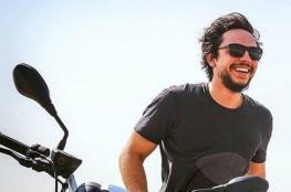 بالفيديو... ولي عهد الأردن يستقل دراجته النارية ويرفض سيارات موكبه المهيب