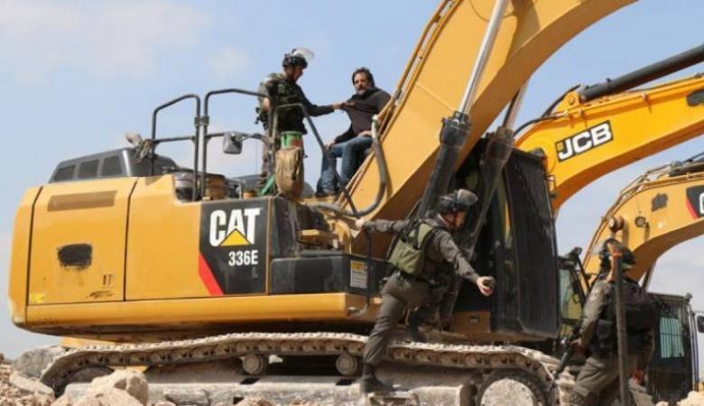 """الاحتلال يستولي على شاحنة و""""باجر"""" جنوب الخليل"""