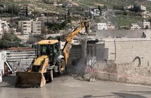أحمد عبيدات يهدم منزله ومحله التجاري ذاتيا في القدس  بأمر من بلدية الاحتلال