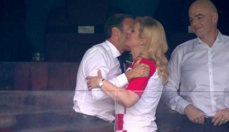 """جدل كبير حول قبلة الرئيس الفرنسي لرئيسة كرواتيا في نهائي كأس العالم """"شاهد """""""
