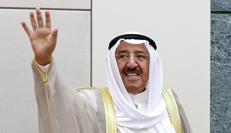 شاهد ..امير الكويت يحتفل بعيد ميلاده الـ90 مع عاملات قصره