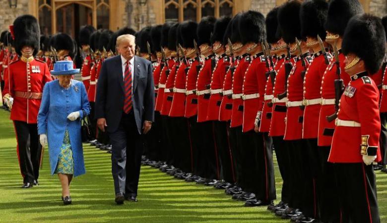 """ترامب يرفض """"الانحناء"""" للملكة إليزابيث ويصلبها في الشمس مدة طويلة"""