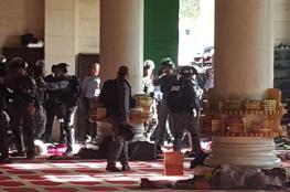 إصابة عدد من المعتكفين عقب اقتحام الاحتلال لباحات الأقصى