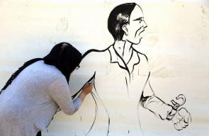 فنانون يرسمون جدارية في خيمة التضامن مع الأسرى في ساحة السرايا في غزة