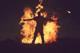 رجل يحرق سيدة اتهمته بالاغتصاب
