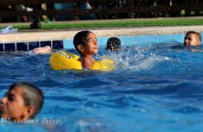 مواطنون يمارسون السباحة هروبا من ارتفاع درجات الحرارة