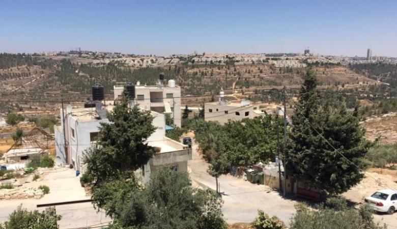 قوات الاحتلال تصوّر طرق ومساحات من اراضي قرية الولجة شمال غرب بيت لحم