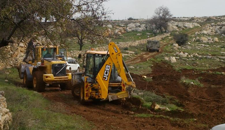 الاحتلال يغلق طريقا زراعيا ويجرف أرضا بكفر ثلث جنوب قلقيلية