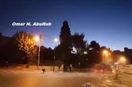 شاهد ..عربة تابعة للجيش الاسرائيلي تحاول هرس شاب فلسطيني برام الله