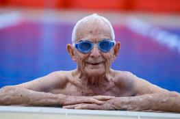 استرالي 99 عاماً يكسر رقماً قياسياً عالمياً في السباحة