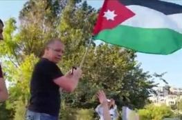 العلم الاردني يغضب اسرائيل والجنود يعتقلون رافعه في القدس ..شاهد